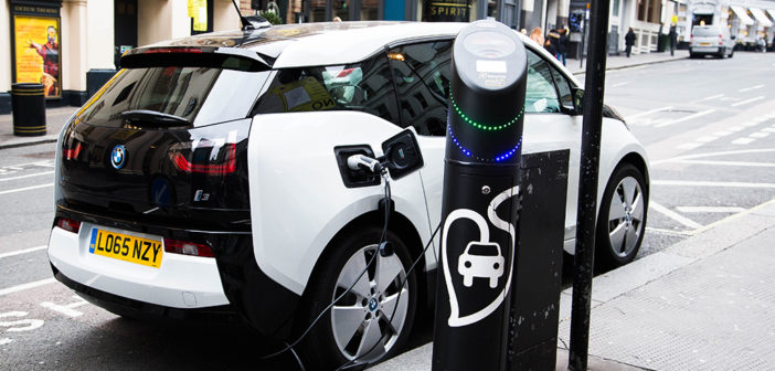 Elektrische auto's van twee kanten bekeken