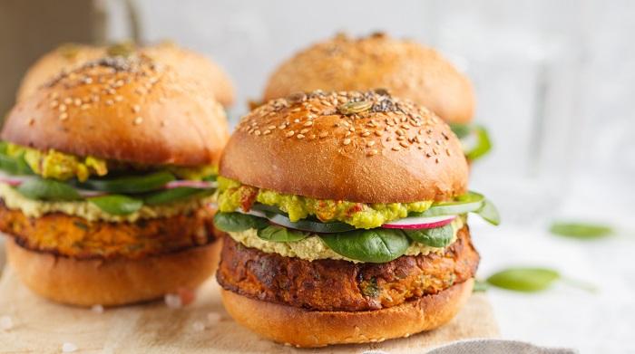 Bij het eten van een vegetarische burger krijg je al een derde van de maximale dagelijkse hoeveelheid zout binnen. Vleesvervangers zijn daarom niet per definitie gezonder dan vlees.